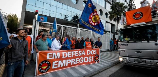 24abr2018---forca-sindical-protesta-em-frente-a-sede-da-brf-em-sao-paulo-contra-decisao-da-ue-sobre-frango-1524582620836_615x300